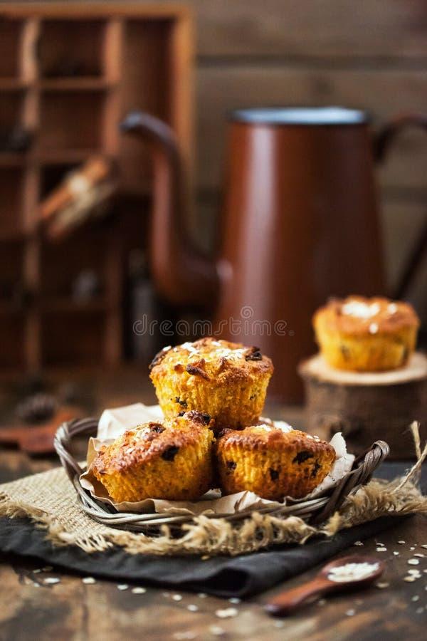 Verse homemade heerlijke appel- en wortelmuffins royalty-vrije stock afbeelding