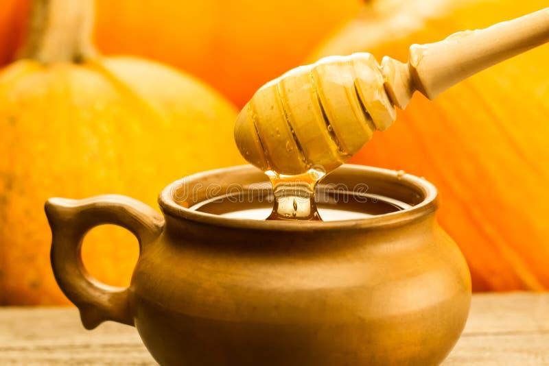 Verse honing en drizzler op een houten achtergrond De herfststijl, honingraat, pompoen royalty-vrije stock fotografie