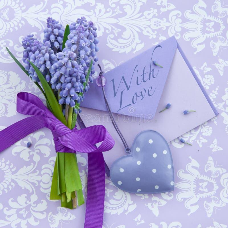 Verse hyacinten en een hart stock foto's