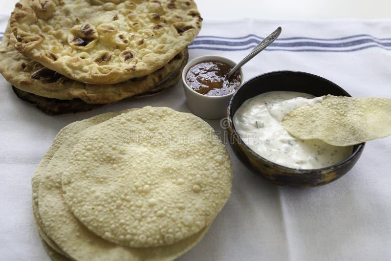Verse Indische vlakke broden Naans en poppadums stock foto's