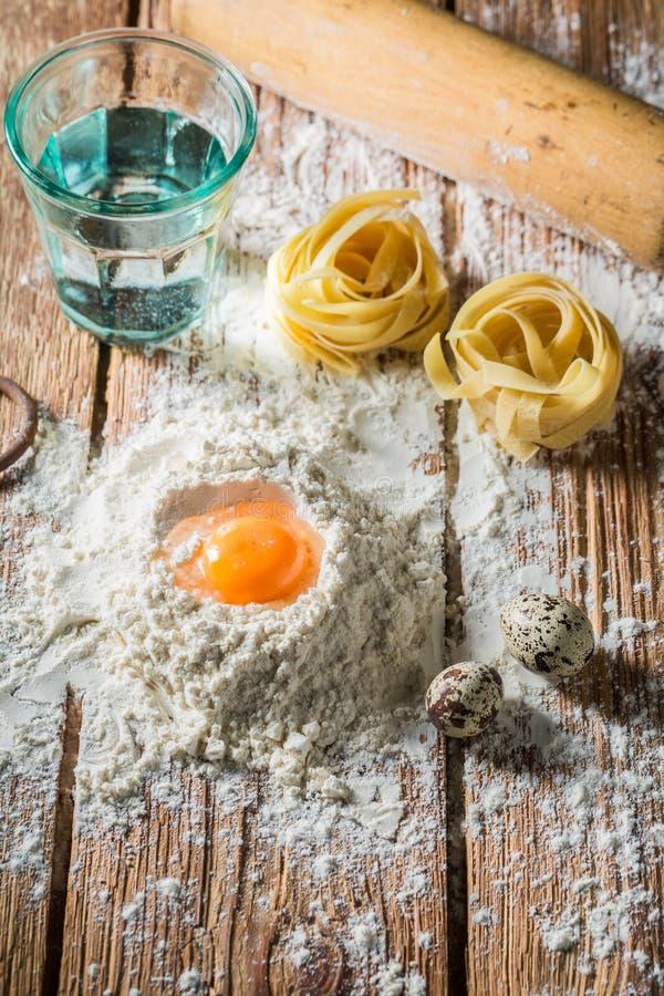 Verse ingrediënten voor eigengemaakte deegwaren met eieren en bloem royalty-vrije stock foto's