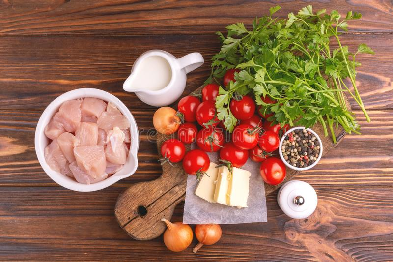 Verse ingrediënten voor smakelijke tot puree gemaakte tomatensoep Gezond voedsel stock fotografie