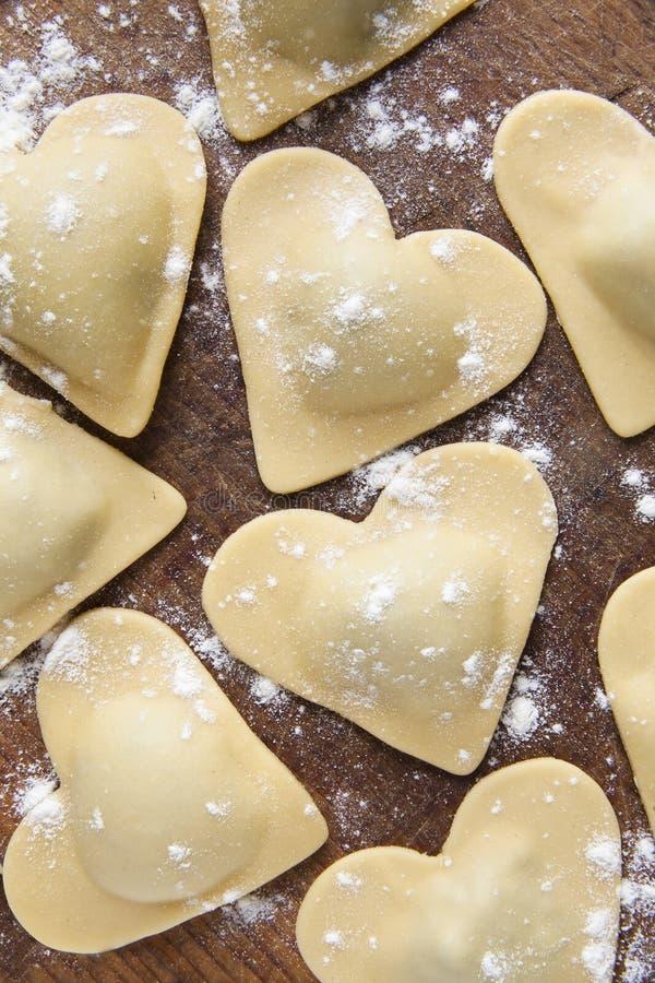 Verse Italiaanse ravioli in vorm van hart royalty-vrije stock afbeeldingen