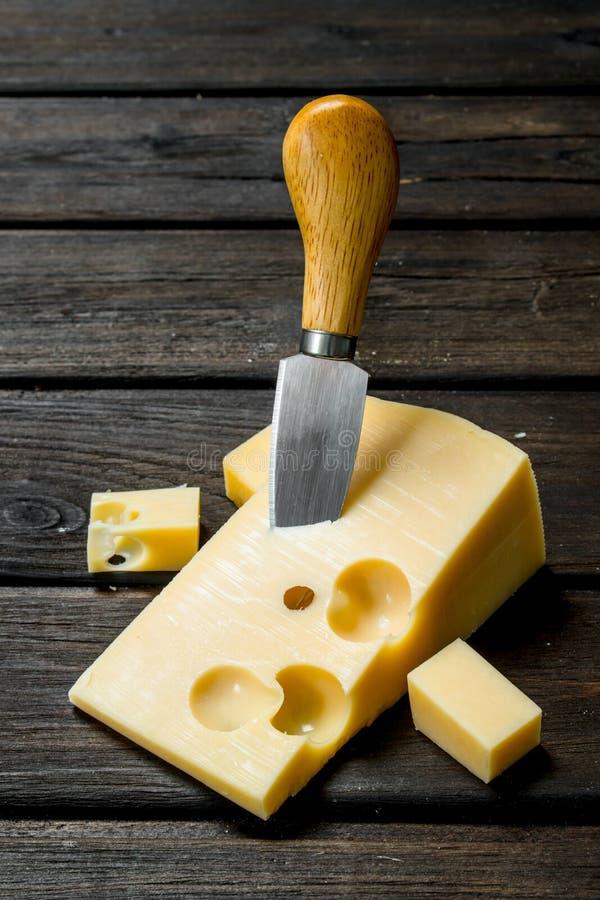 Verse kaas met mes royalty-vrije stock foto's