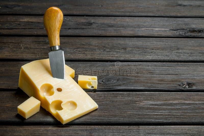 Verse kaas met mes stock foto's