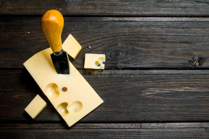 Verse kaas met mes royalty-vrije stock afbeelding