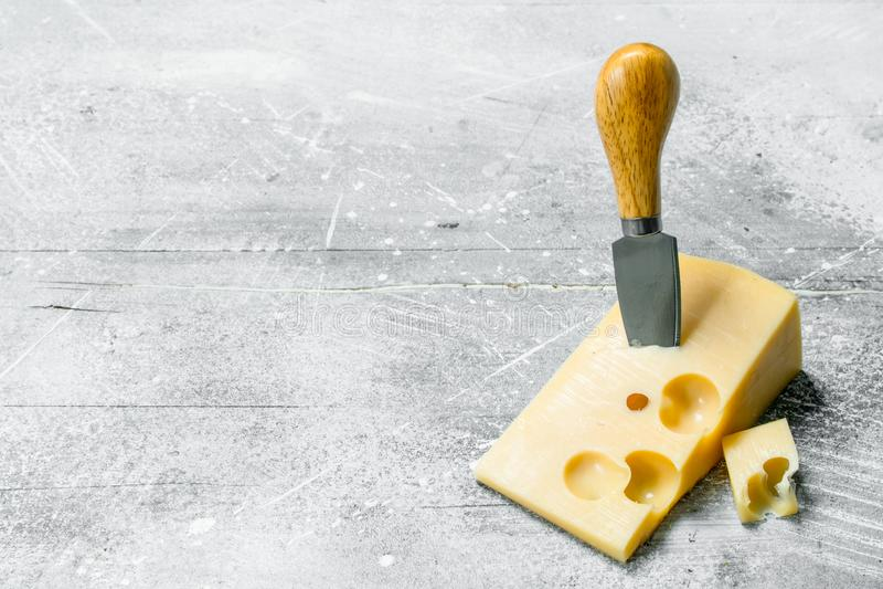 Verse kaas met mes stock afbeelding