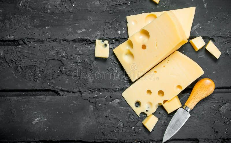 Verse kaas met mes stock afbeeldingen