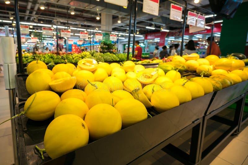 Verse kanariemeloen op plank in supermarkt stock foto's