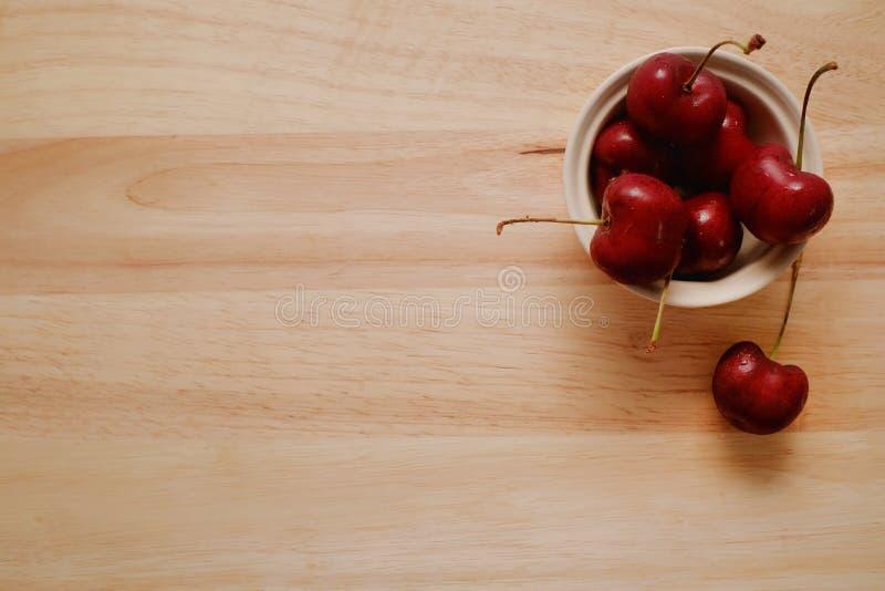 Verse kersen op een houten lijst stock foto