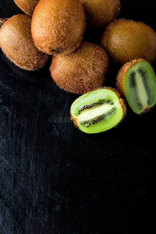Verse kiwi op zwarte backround De ruimte van het exemplaar Hoogste mening royalty-vrije stock foto