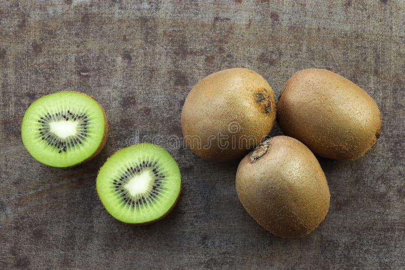 Verse kiwivruchten en een besnoeiing  royalty-vrije stock foto's