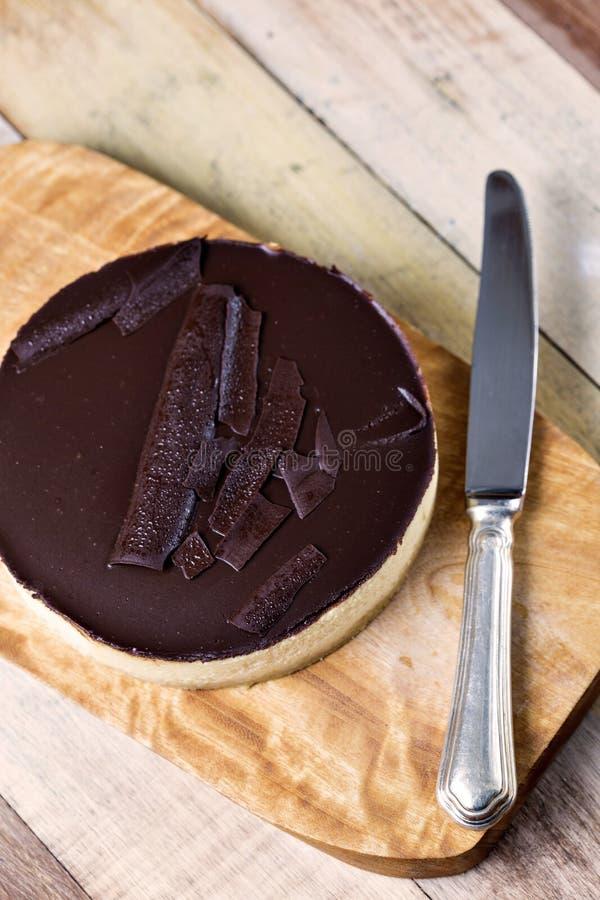 Verse klassieke eigengemaakte Kaastaart met donker chocoladebovenste laagje stock fotografie