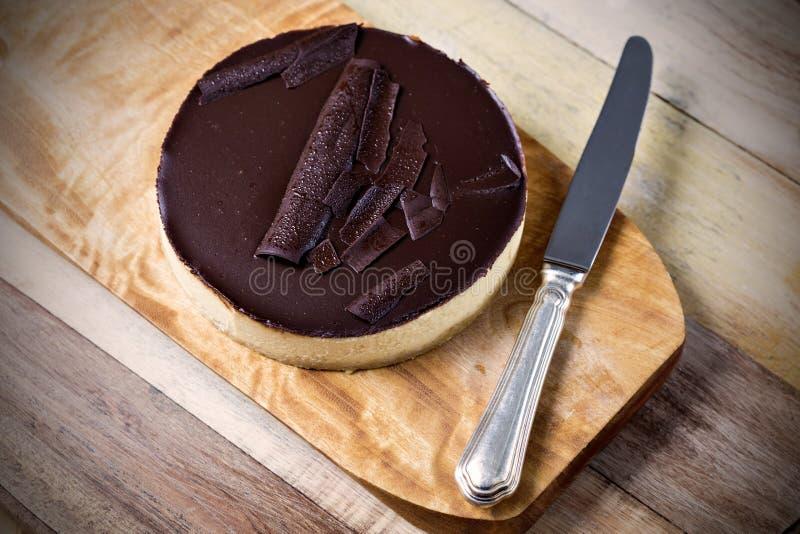 Verse klassieke eigengemaakte Kaastaart met donker chocoladebovenste laagje stock foto's