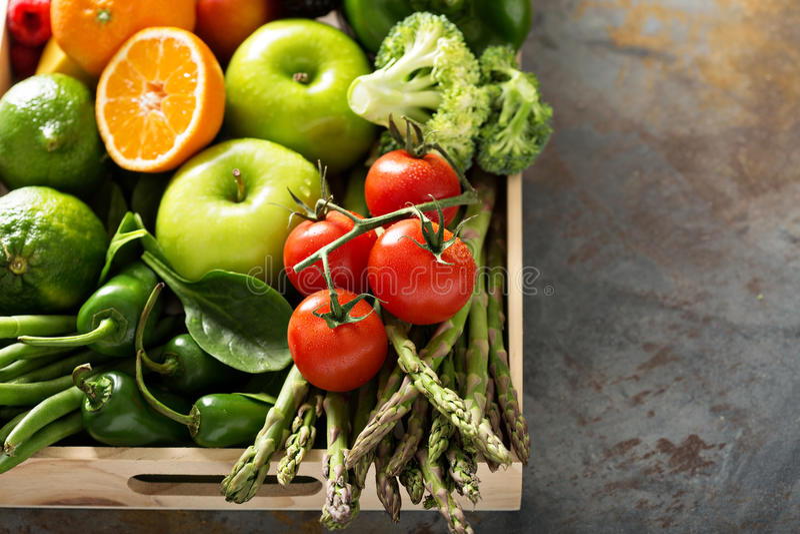 Verse kleurrijke groenten en vruchten royalty-vrije stock afbeelding
