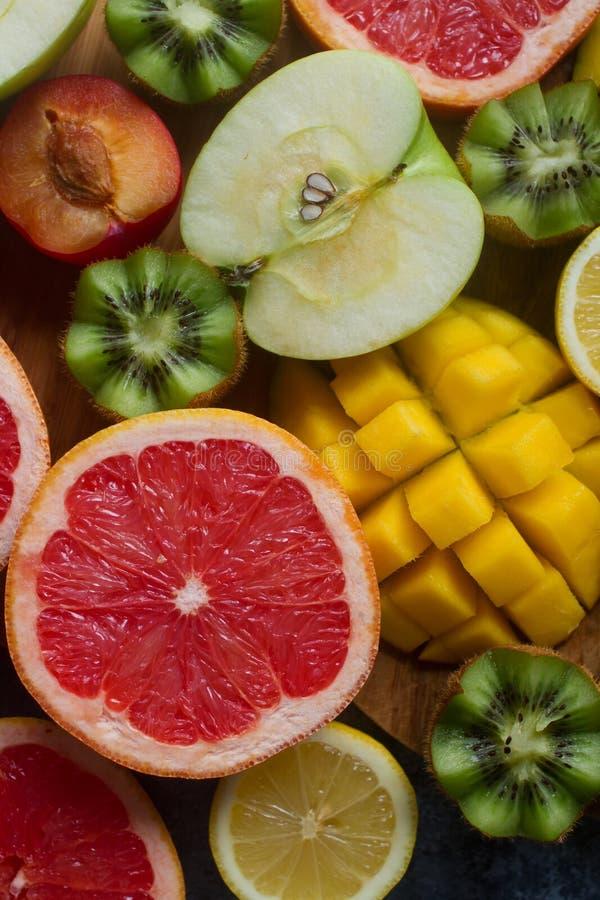Verse kleurrijke organische vruchten, gemengde vruchten achtergrond, gezonde levensstijl, het op dieet zijn stock foto's