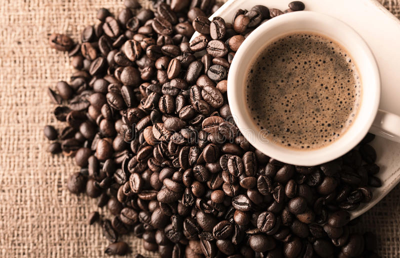 Verse koffie en koffiebonen royalty-vrije stock afbeeldingen