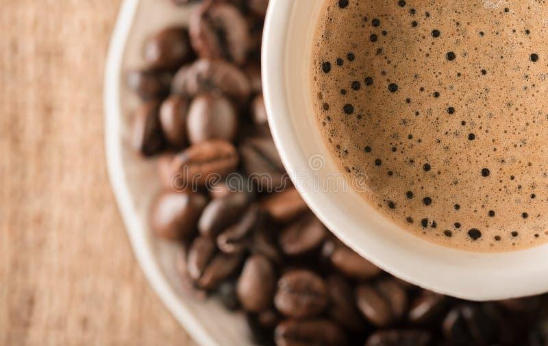 Verse koffie en koffiebonen op een lijst royalty-vrije stock afbeelding