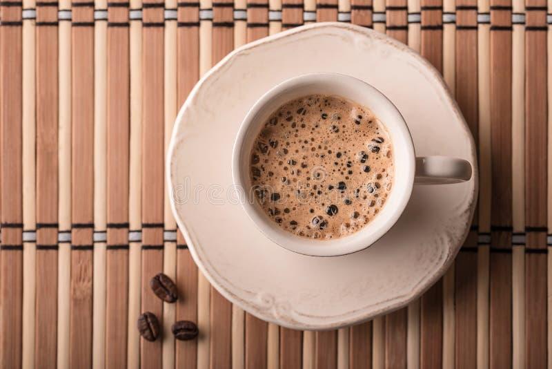 Verse koffie en koffiebonen op een lijst royalty-vrije stock fotografie