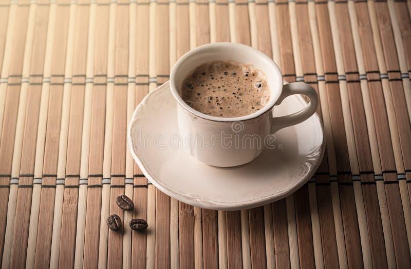 Verse koffie en koffiebonen op een lijst stock afbeeldingen