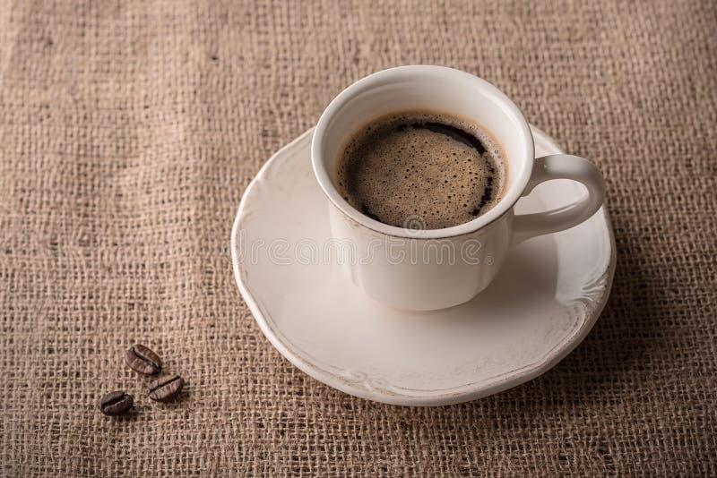 Verse koffie en koffiebonen op jute royalty-vrije stock foto's