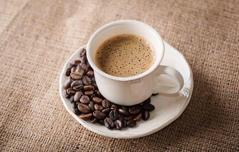 Verse koffie en koffiebonen op jute stock afbeelding