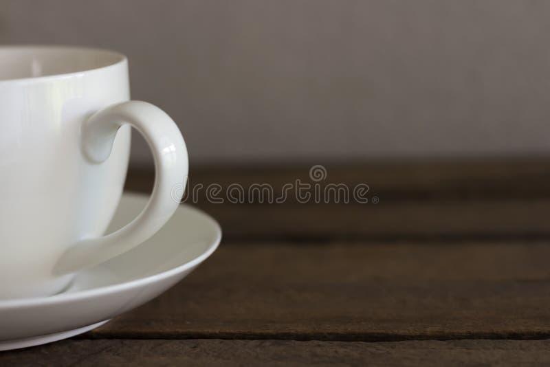 Verse koffie in witte kop op houten lijst stock fotografie