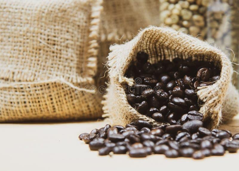 Verse koffiebonen in hennepzak, Geroosterde koffiebonen stock foto's