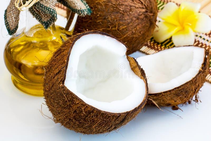 Verse kokosnoot en olie voor alternatieve therapie stock foto's