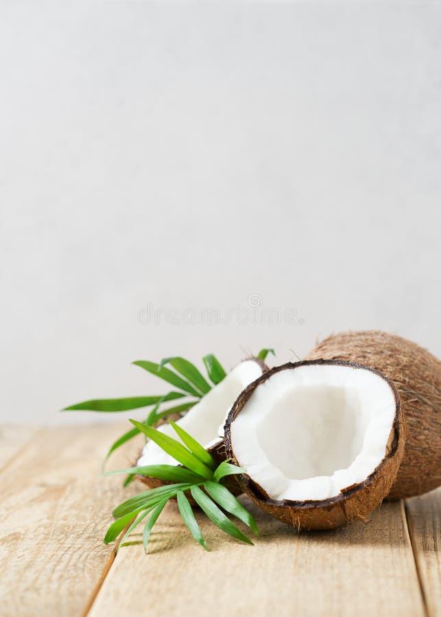Verse kokosnoot met bladeren op witte achtergrond stock afbeelding