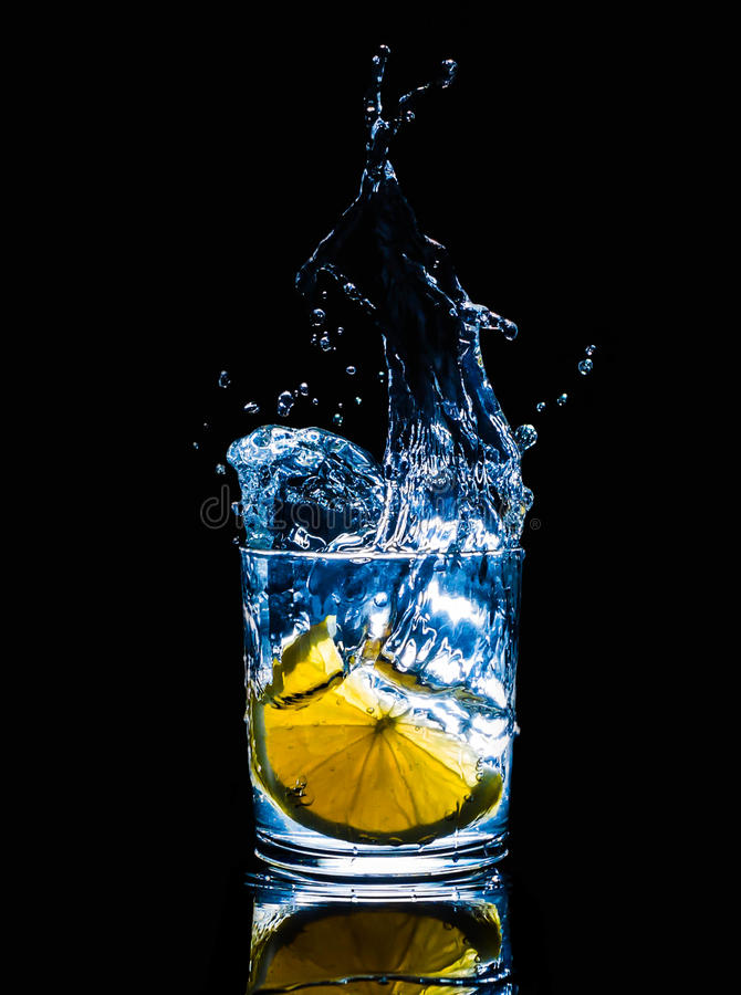 Verse koud drinkt van de de brandbeweging van de wateractie gezond de plonsfruit, stock fotografie