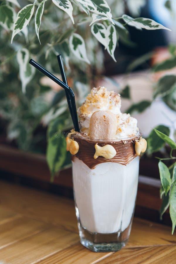 Verse koude heerlijke milkshake in een lang glas met buizen stock fotografie