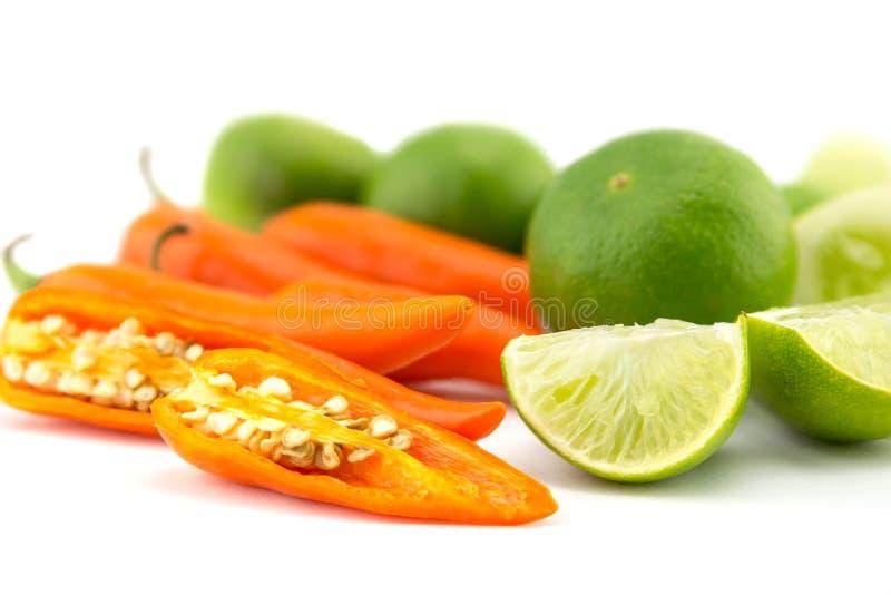 Verse kruiden en kruiden (Spaanse peper, citroen, komkommer) stock afbeelding