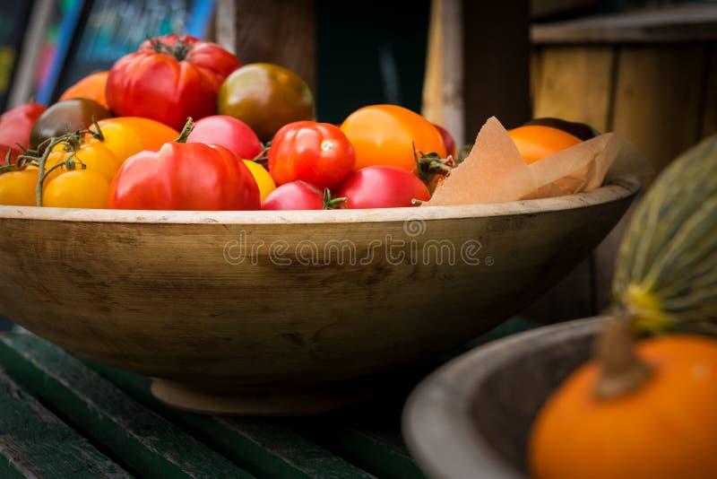 Verse landbouwbedrijfgroenten De herfstoogst en gezond natuurvoedingconcept Verse biogroenten in een kruidenierswinkelopslag stock foto's