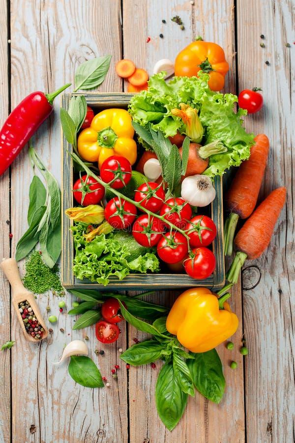 Verse landbouwbedrijfgroenten en kruiden op rustieke achtergrond stock foto's
