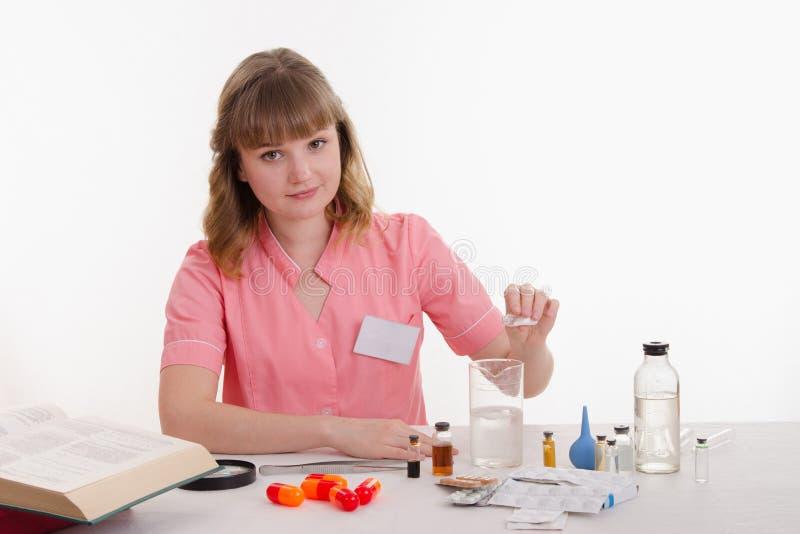 Verse le pharmacien prépare le médicament photos libres de droits