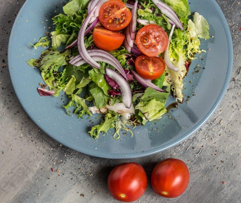 Verse lichte de zomersalade met groenten, olijfolie en Italiaanse balsem met eigengemaakt brood royalty-vrije stock foto