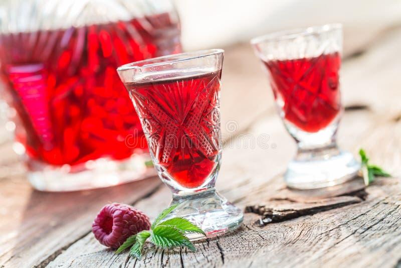 Verse likeur met alcohol en frambozen in de zomer stock fotografie