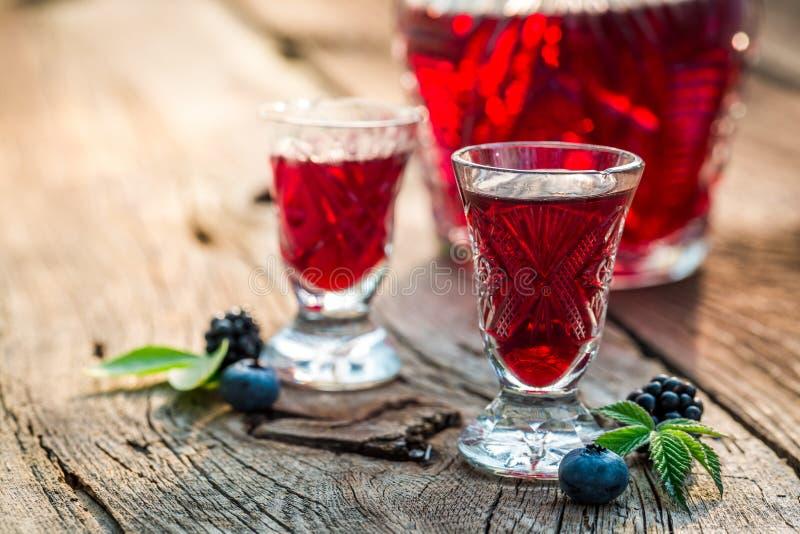 Verse likeur met bessen en alcohol royalty-vrije stock afbeelding