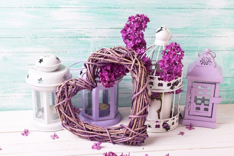 Verse lilac bloemen en lantaarns op witte houten background ag royalty-vrije stock afbeeldingen