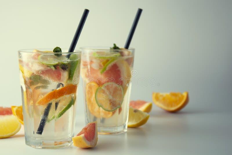 Verse limonade of cocktails Het verfrissen van de zomer eigengemaakte cocktail met citroen, kalk, sinaasappel en grapefruit twee  stock afbeelding