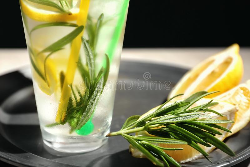 Verse limonade met rozemarijn in glas op dienblad, close-up stock foto
