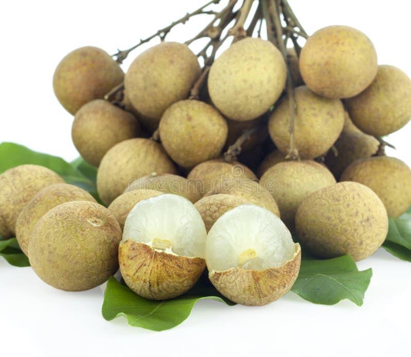 Verse longan die vruchten op witte achtergrond worden geïsoleerd royalty-vrije stock afbeelding