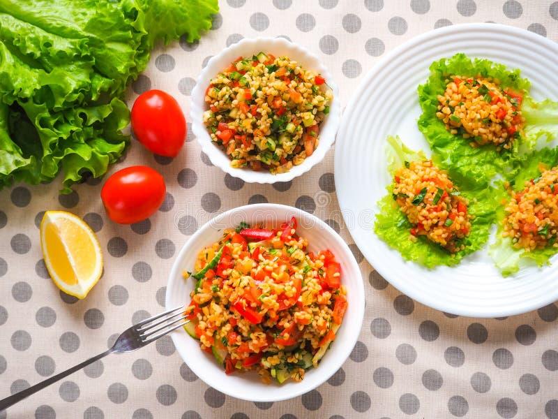 Verse lunchsalade met groenten en bulgur stock afbeelding