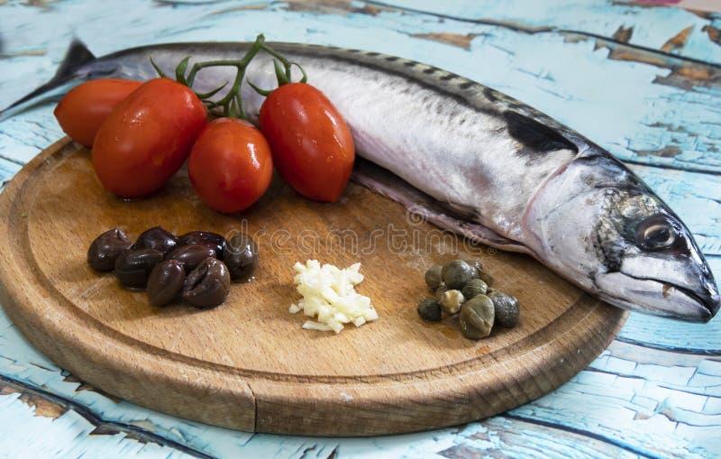 Verse makreel met tomaten en kappertjes stock foto's