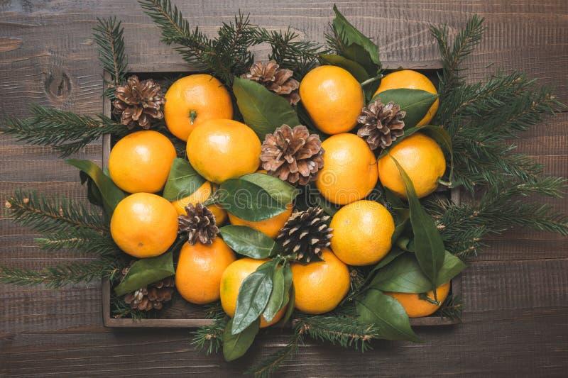 Verse mandarins met bladeren in vakje op houten lijst De samenstelling van Kerstmis Vakantiebelangrijkste voorwerpen royalty-vrije stock fotografie