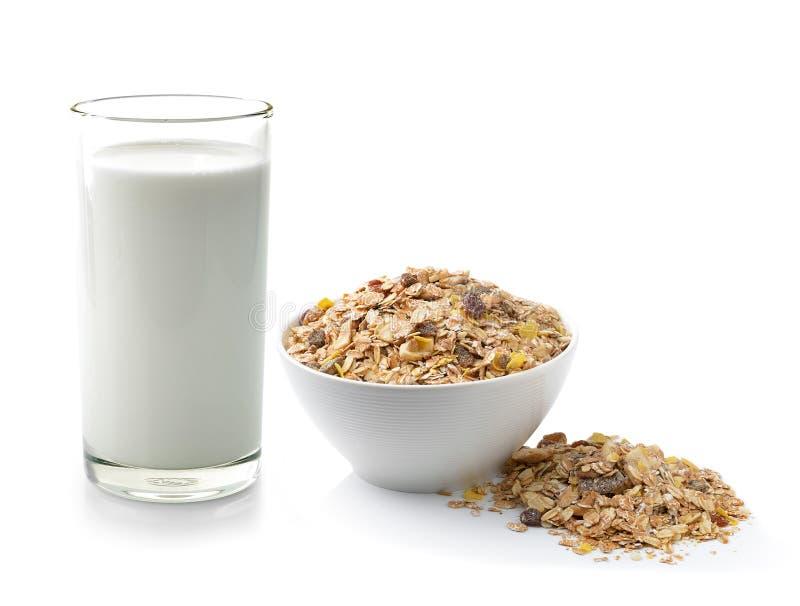 Verse melk in het glas en muesli geplaatste ontbijt royalty-vrije stock fotografie