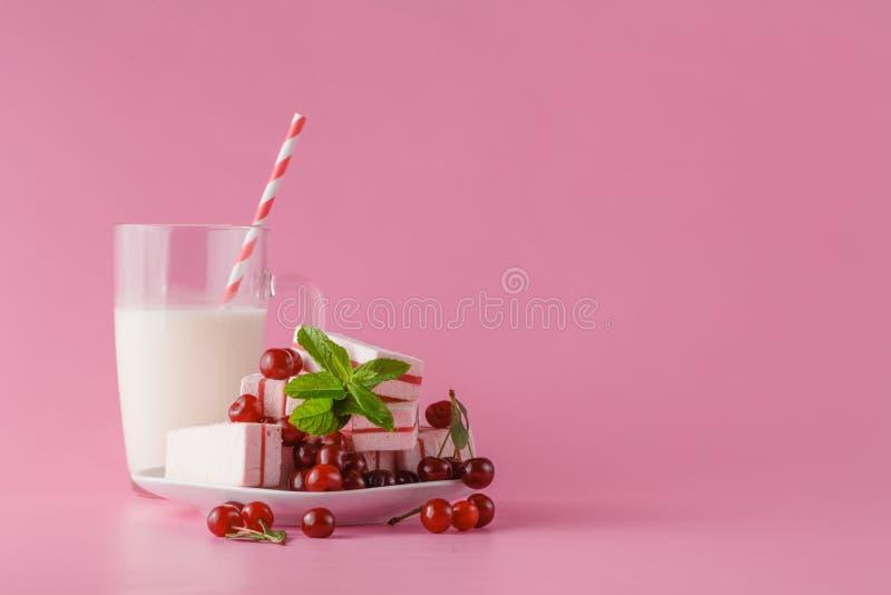 Verse melk, kersendrank op roze lijst, geassorteerde eiwitcocktai stock foto's