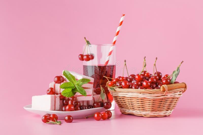 Verse melk, kersendrank op roze lijst, geassorteerde eiwitcocktai royalty-vrije stock afbeeldingen