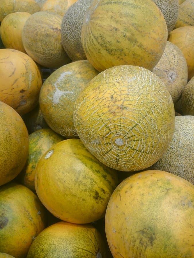 Verse meloen op plank in supermarkt royalty-vrije stock foto